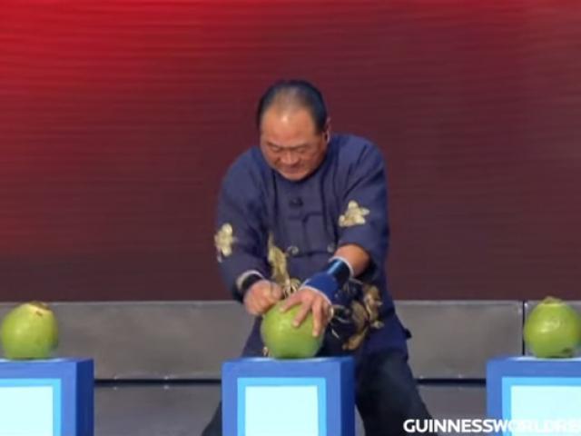 """Võ sư Malaysia dùng """"Nhất dương chỉ"""" Thiếu Lâm chọc thủng 4 trái dừa"""