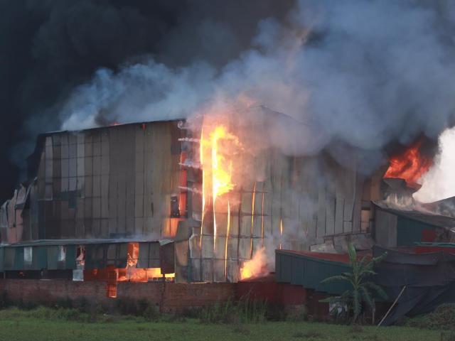 Hà Nội: Cháy xưởng gia công sơn, nhiều tài sản bị thiêu rụi