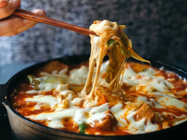 """Bữa trưa """"đổi gió"""" với mì xào kiểu Hàn ngon không tưởng"""