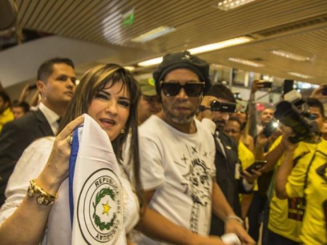"""Ronaldinho """"lo phát sốt"""": Nghi án rửa tiền, nguy cơ ngồi tù 5 năm"""