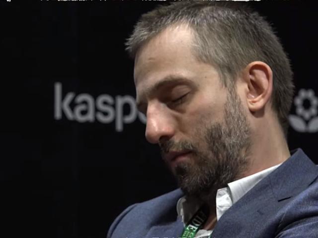 Cờ vua 8 đại cao thủ: Nhà vô địch thế giới ngủ gật, 38 phút đi 1 nước