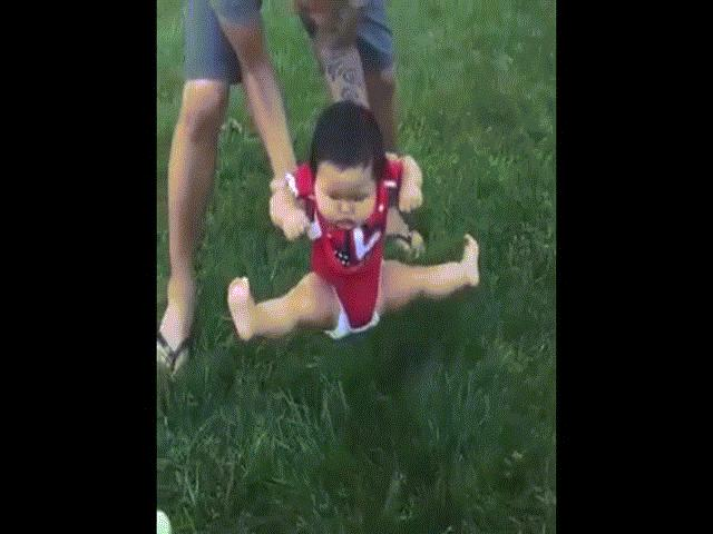 """Clip: Phản ứng """"khó đỡ"""" của bé yêu khi lần đầu ngồi trên cỏ"""