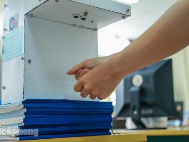 Phòng Covid-19, sinh viên Bách Khoa chế thành công máy rửa tay diệt khuẩn tự động
