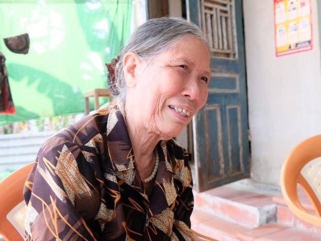 Cụ bà gần 80 tuổi đạp xe đến trụ sở xã ủng hộ 1 triệu đồng chống dịch Covid-19