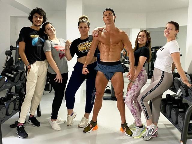 """Ronaldo khoe thân hình 6 múi: Chế độ """"siêu nhân"""", thách thức virus corona"""