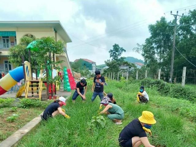 Muôn hoa khoe sắc trong khu cách ly công dân ở Hà Tĩnh
