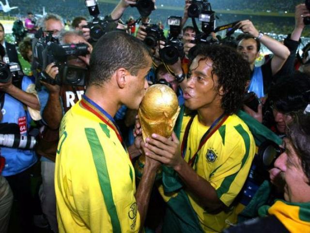 """Ronaldinho ở tù nhận thêm tin xấu, Rivaldo """"vừa đấm vừa xoa"""""""