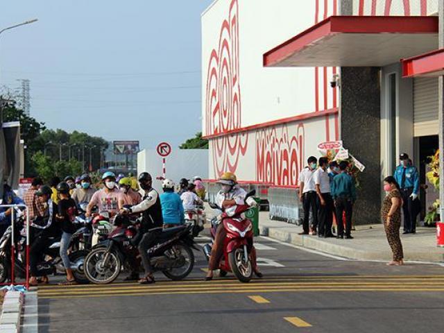 Bất chấp dịch Covid-19, hàng trăm người tập trung tại siêu thị mới khai trương