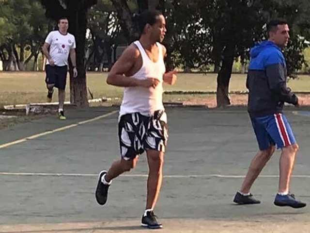 Video Ronaldinho thể hiện tuyệt kỹ bóng đá trong tù, tham gia môn chơi lạ