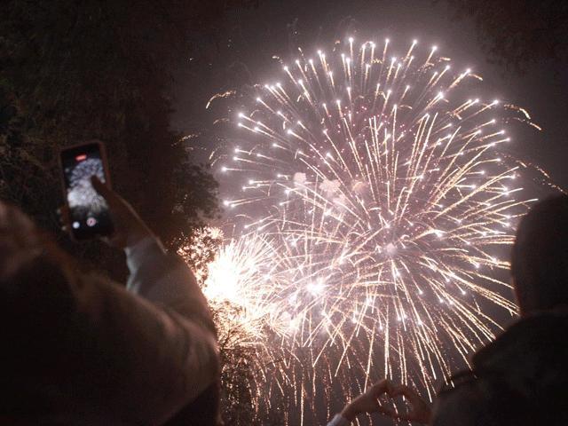 Chùm ảnh: Pháo hoa tuyệt đẹp chào đón năm 2021