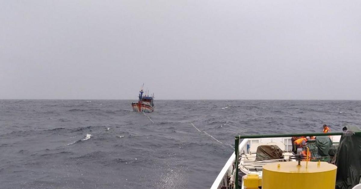 Tàu cá va vào đá ngầm, 4 ngư dân rơi xuống biển