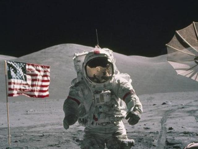 Lên mặt trăng khó không, ai là người duy nhất đến giờ được an táng ở đó?