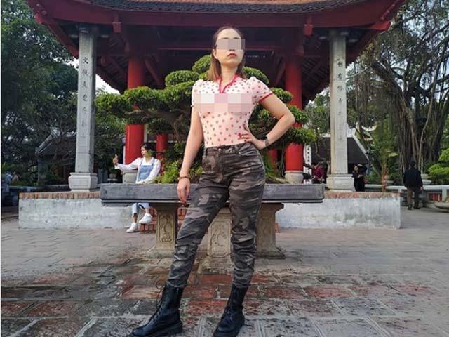 """Người phụ nữ mặc """"thả rông"""" ở đền Ngọc Sơn nhiều lần khiến dân tình """"dậy sóng"""""""