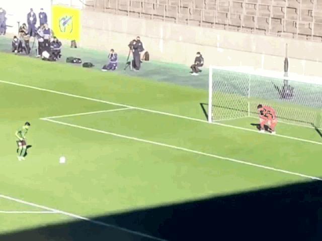 """Chạy đà sút penalty quá """"màu mè"""", cầu thủ khiến thủ môn ức chế và cái kết"""