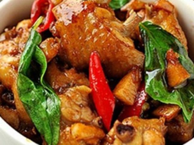 Thịt gà rang thêm chút lá này ngon xuất sắc, dậy mùi thơm, lạ miệng, hao cơm