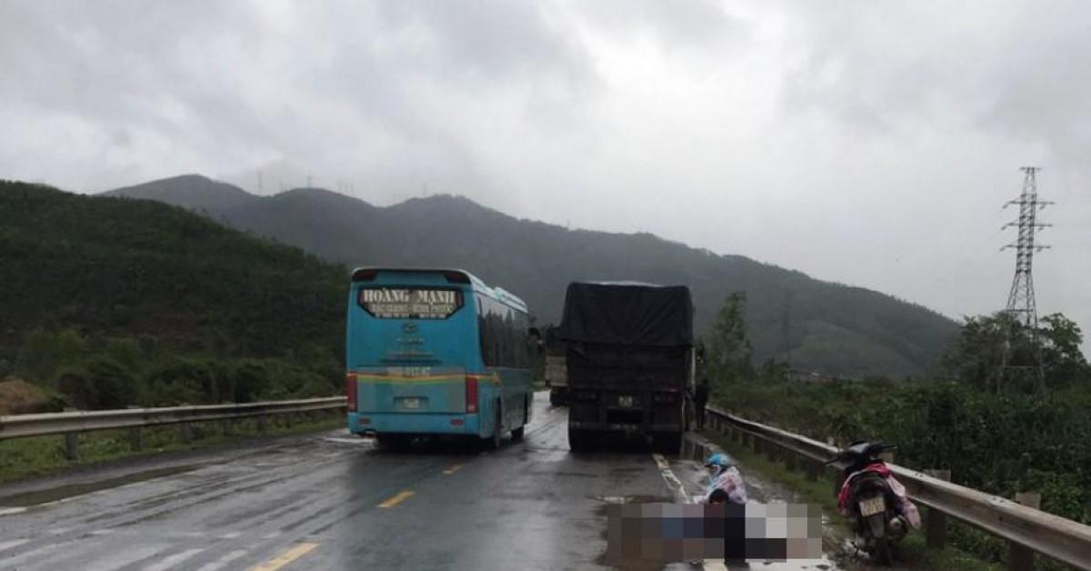 2 mẹ con gào khóc bên người thân bị tai nạn dưới trời mưa