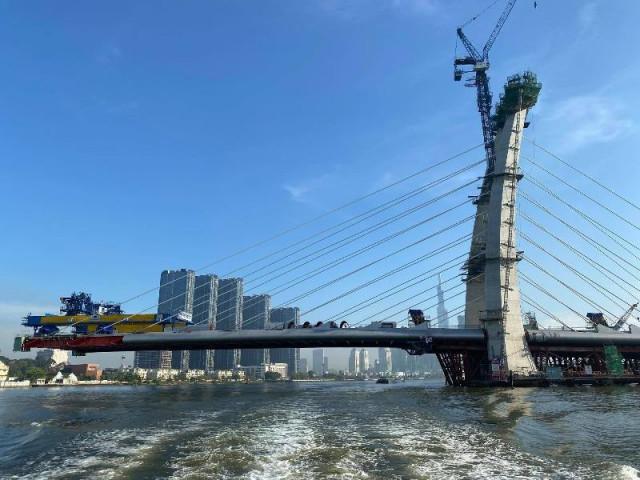 Ngắm hình hài cầu Thủ Thiêm 2 từ sông Sài Gòn