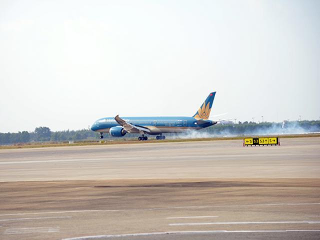 Chuyến bay đầu tiên hạ cánh xuống đường băng 2.000 tỷ đồng ở sân bay Tân Sơn Nhất