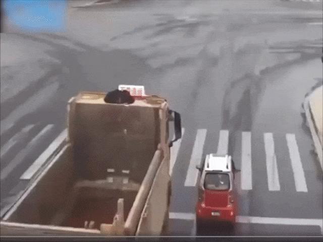 """Clip: Xe con chen lấn, tạt đầu xe tải và cái giá phải trả """"cực đắt"""""""