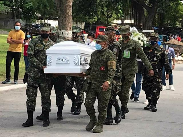 Nữ tiếp viên Philippines xinh đẹp tử vong: Quân đội có mặt trong tang lễ làm gì?