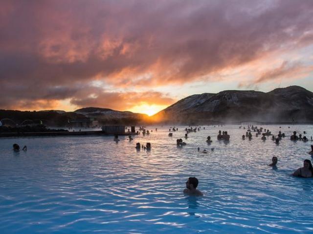 Suối nước nóng lộ thiên lớn nhất thế giới, nơi có thể nhìn thấy cả cực quang