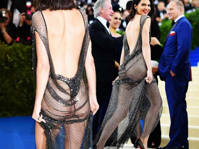 """Kiểu mặc lộ dây """"hư đốn"""" giúp loạt hot girl Hollywood không khác gì """"quả bom nổ chậm"""""""