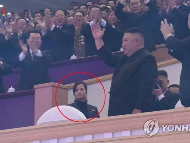 """""""Bóng hồng"""" xuất hiện phía sau ông Kim Jong Un khi Đại hội đảng kết thúc là ai?"""