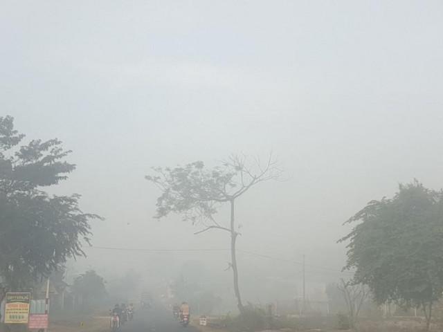 Sương mù dày đặc, người dân Đắk Lắk bật đèn 'dò dẫm' giữa ban ngày