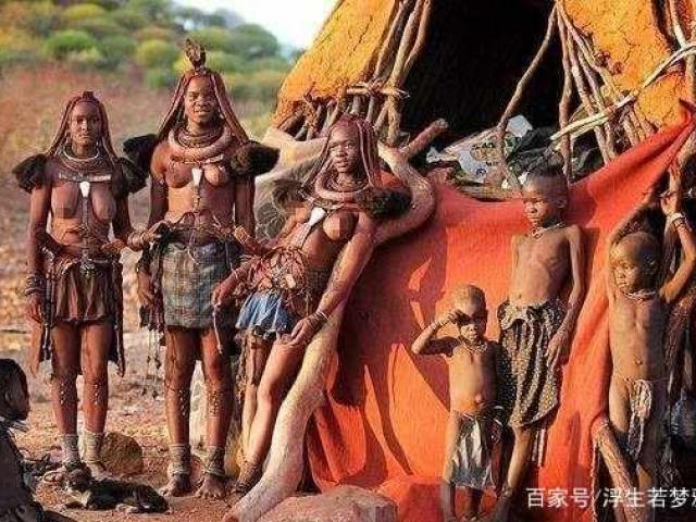 Bộ lạc nguyên thủy nơi phụ nữ từ chối mặc quần áo, đàn ông khó sống quá 15 tuổi