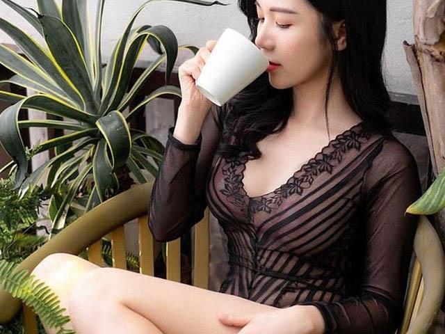 Sao Việt gây nhức nhối vì lộ phụ tùng dán ngực trước cả trăm ánh nhìn