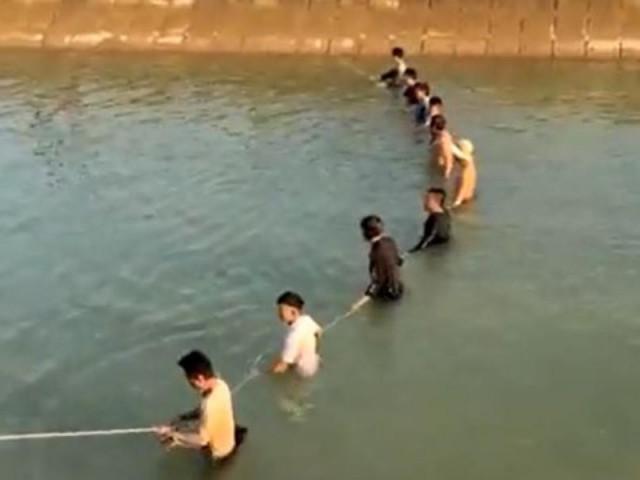 Đốt lửa tìm học sinh lớp 3 mất tích trên sông