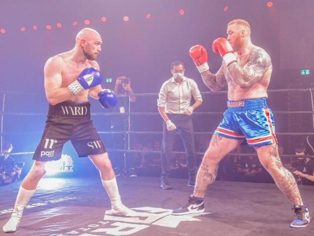 Người khỏe nhất hành tinh đấu võ sĩ nhẹ hơn 63kg, bị đấm vỡ mũi