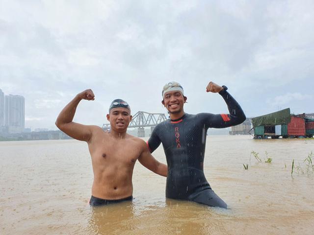 Sửng sốt kình ngư Ngọc Khánh bơi 200km từ Hà Nội ra biển: Sợ chết nhưng vẫn làm