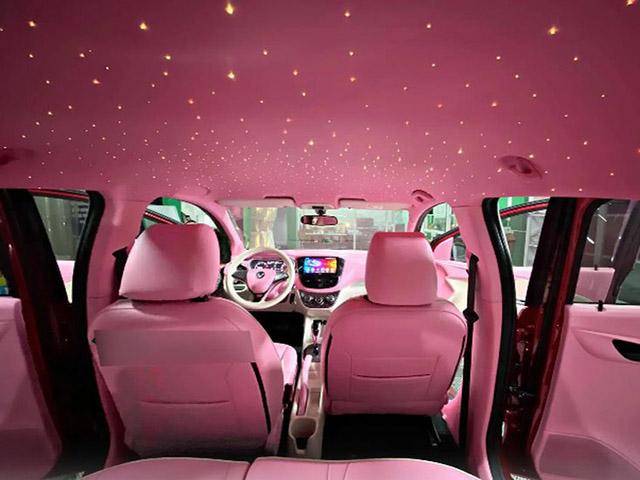 Cận cảnh VinFast Fadil độ nội thất hồng phấn và trần sao như Rolls-Royce