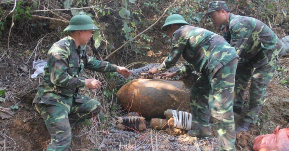 Người dân tá hoả phát hiện quả bom nặng 600kg trên QL6 qua Sơn La