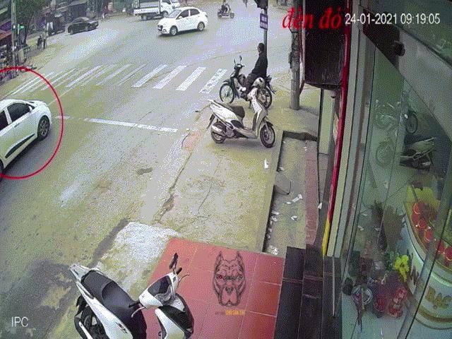 Clip: Kinh hoàng xe máy lao thẳng vào xe tải, 2 phụ nữ tử vong
