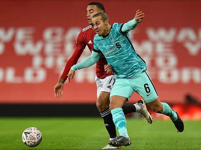 """Thiago bị tố """"tiếp tay"""" Fernandes kết liễu Liverpool bằng hành động bất ngờ"""