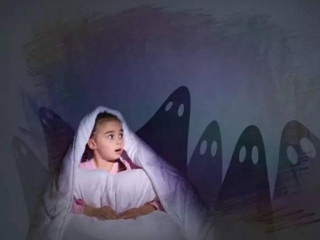 Mẹ động viên con trai đừng sợ bóng tối và bài học về sự dũng cảm