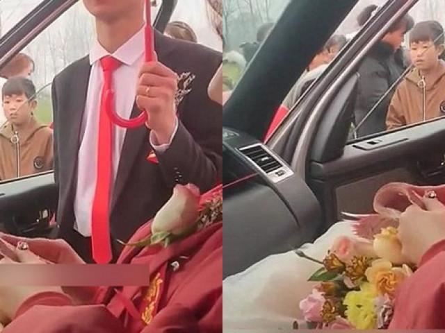 """Cô dâu ngồi lì trong xe hoa đếm tiền, thái độ của chú rể gây """"bão"""" mạng"""