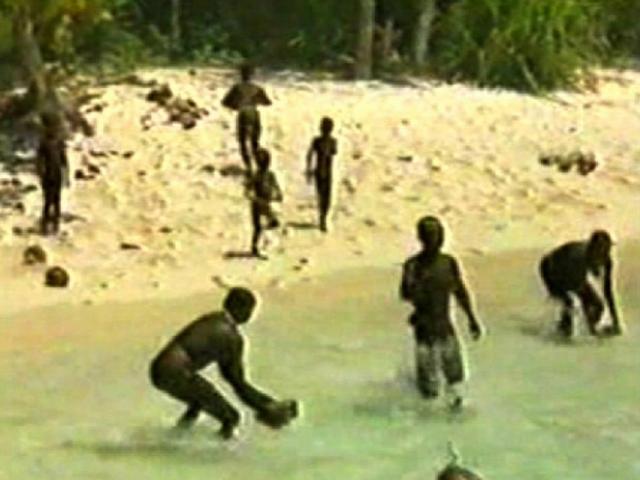 Hòn đảo cô lập nhất thế giới, ai tiếp cận cũng bị thổ dân bắn tên, ném đá
