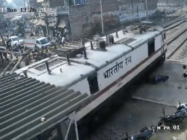 Xe máy mắc vào đường ray, bị tàu hỏa nghiền nát
