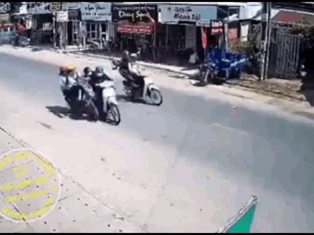 Cướp táo tợn giật đồ, kéo ngã 2 nữ sinh xuống đường ở Đồng Nai