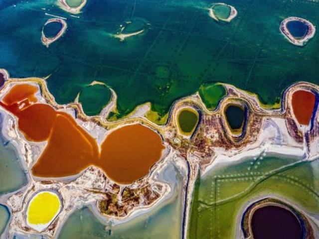 """Hồ nước không khác gì bức tranh trừu tượng, được ví như """"Biển Chết"""" của Trung Quốc"""
