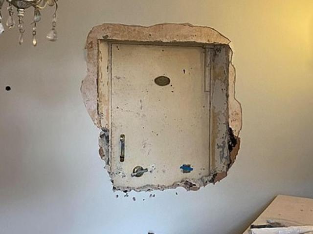 Bỏ tiền mua nhà mới, người đàn ông phát hiện bí mật ẩn sau bức tường