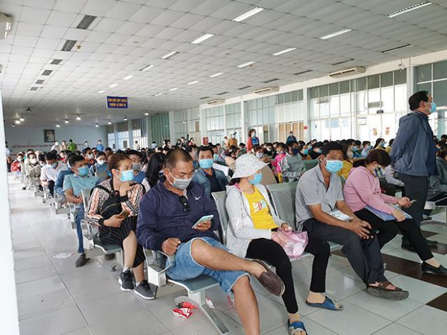 Hàng trăm hành khách ùn ùn đổ về ga Sài Gòn trả vé tàu Tết vì dịch COVID-19