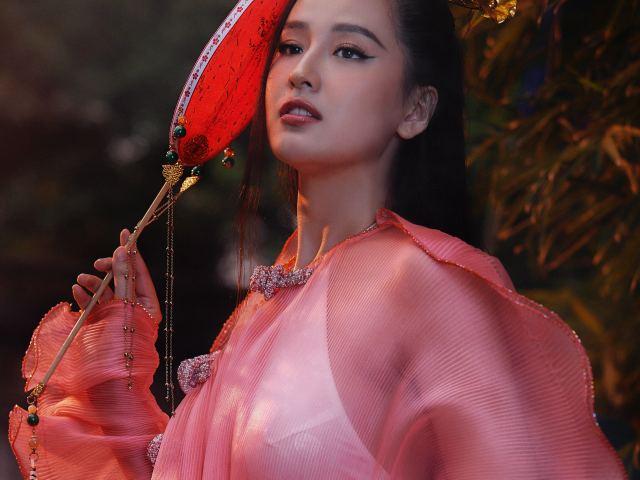 Mai Phương Thuý mặc áo dài mỏng như tơ, nửa kín nửa hở