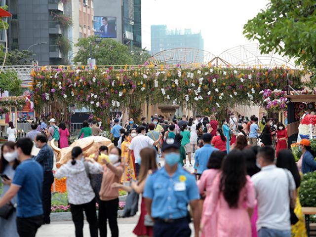 """Người dân xếp hàng đo thân nhiệt, đeo khẩu trang """"check in"""" đường hoa Tết Tân Sửu 2021"""