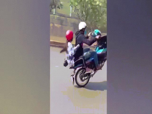 """Video: """"Dân chơi"""" bốc đầu xe máy khiến bạn gái ngã """"sấp mặt"""""""