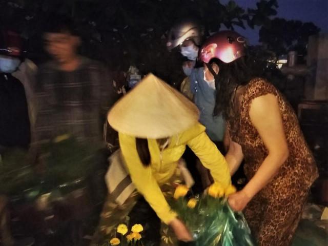 Đêm giao thừa người TPHCM soi đèn mua hoa Tết giải cứu nông dân