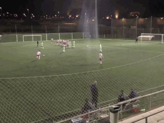 Cầu thủ đá phạt ghi bàn thắng không tưởng ở khoảng cách 40 mét